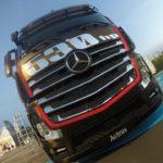 Trasportando Mercedes Benz Truck scende in pista
